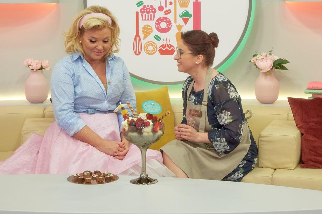 Liptai Claudia desszerttel kedveskedett az első sütés után továbbjutó Rebekának (Fotó: Sajtóklub)