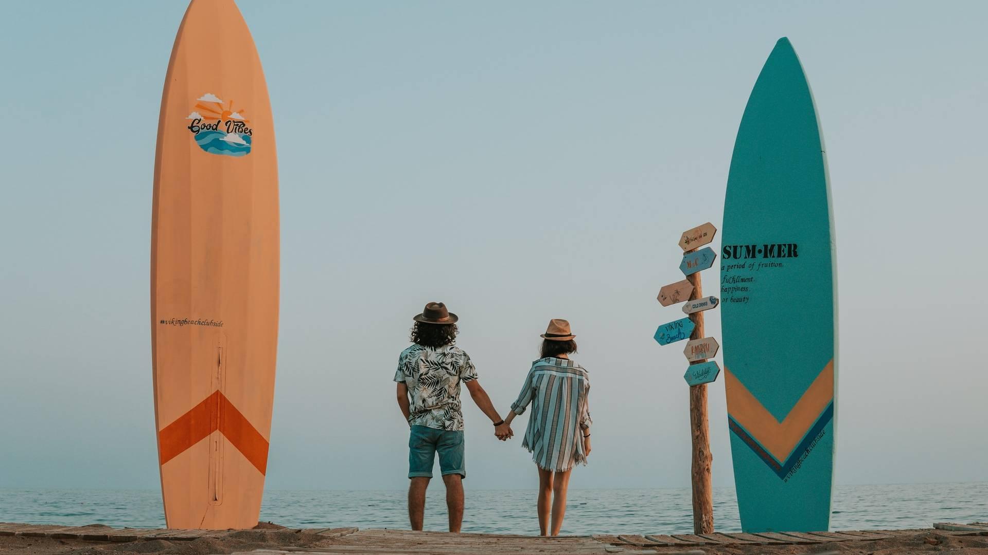 szerelmespár tengerparton szörfökkel