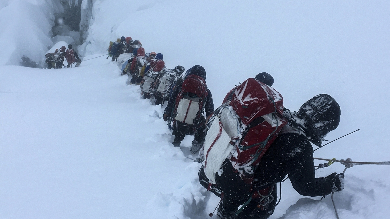 Tömegek a Mount Everesten, Kína a nepáli mutánstól tart