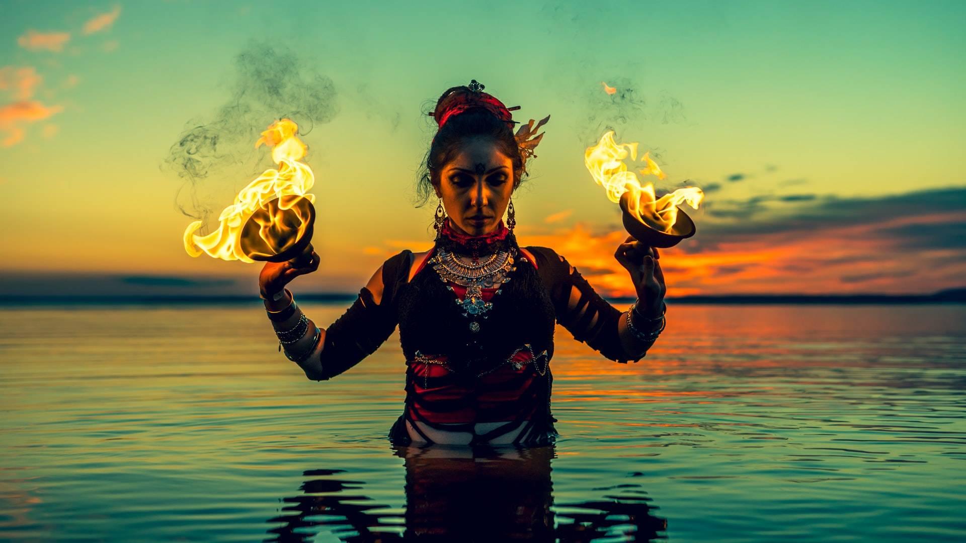 nő tűzzel a vízben