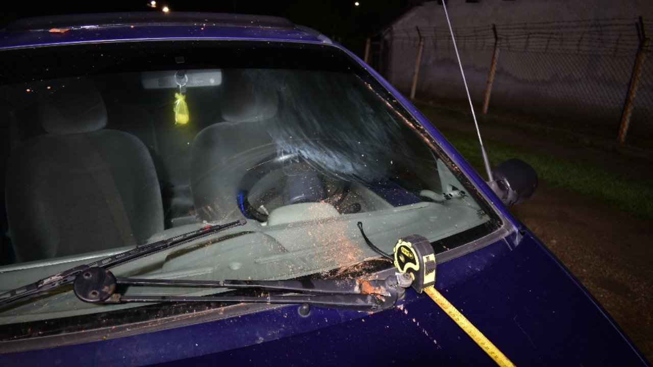 Téglával dobta meg a kerítésébe belehajtó részeg sofőr autóját