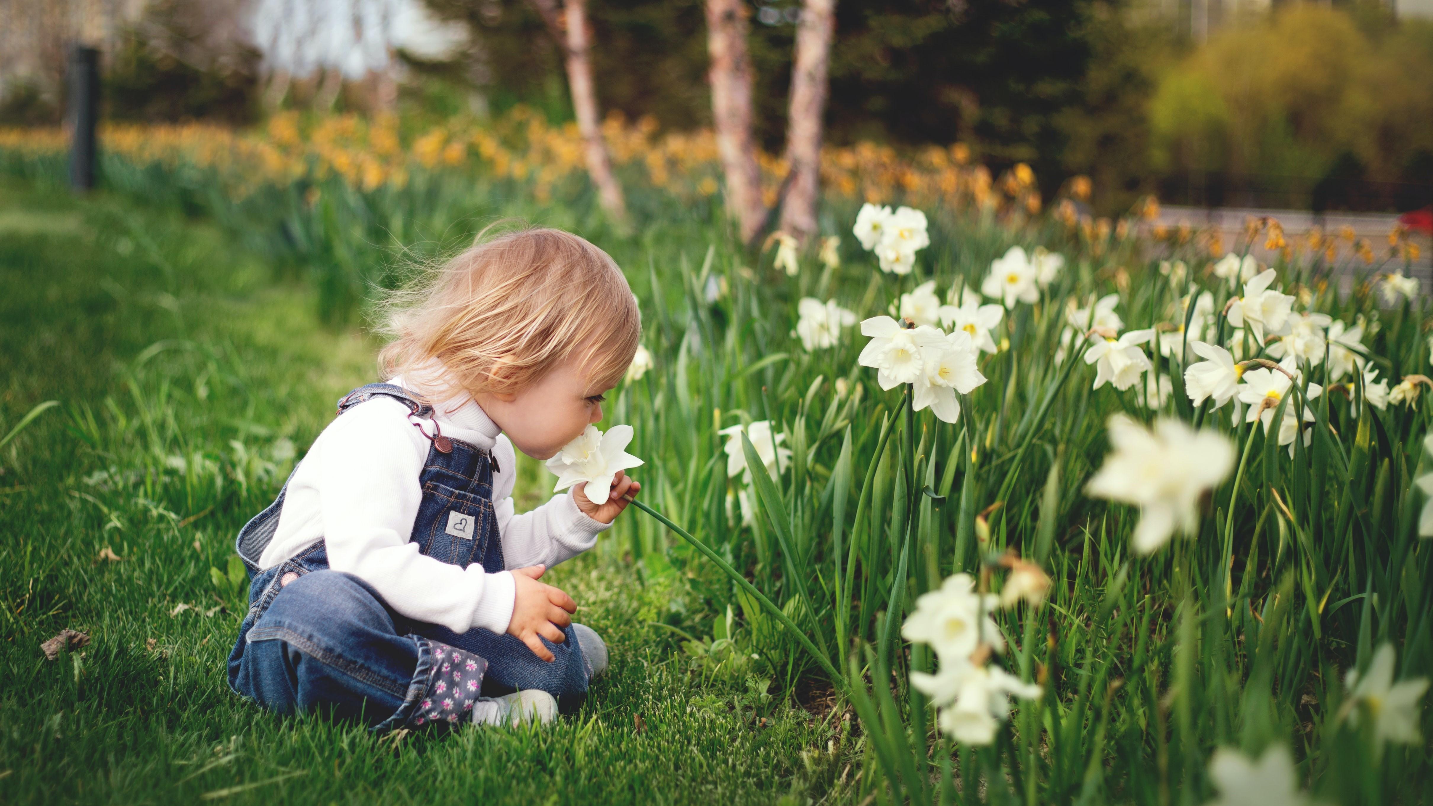 Gyermek a kertben