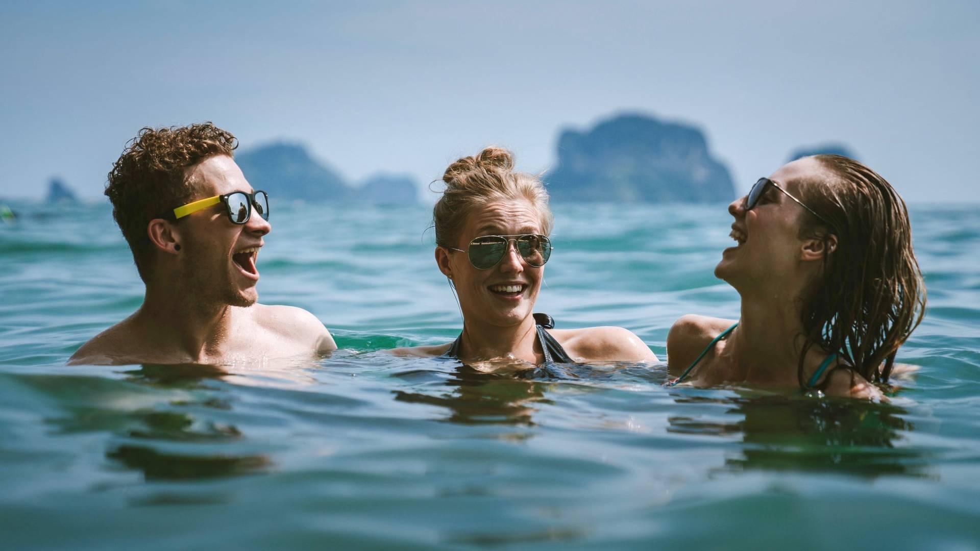 két nő egy férfi a vízben