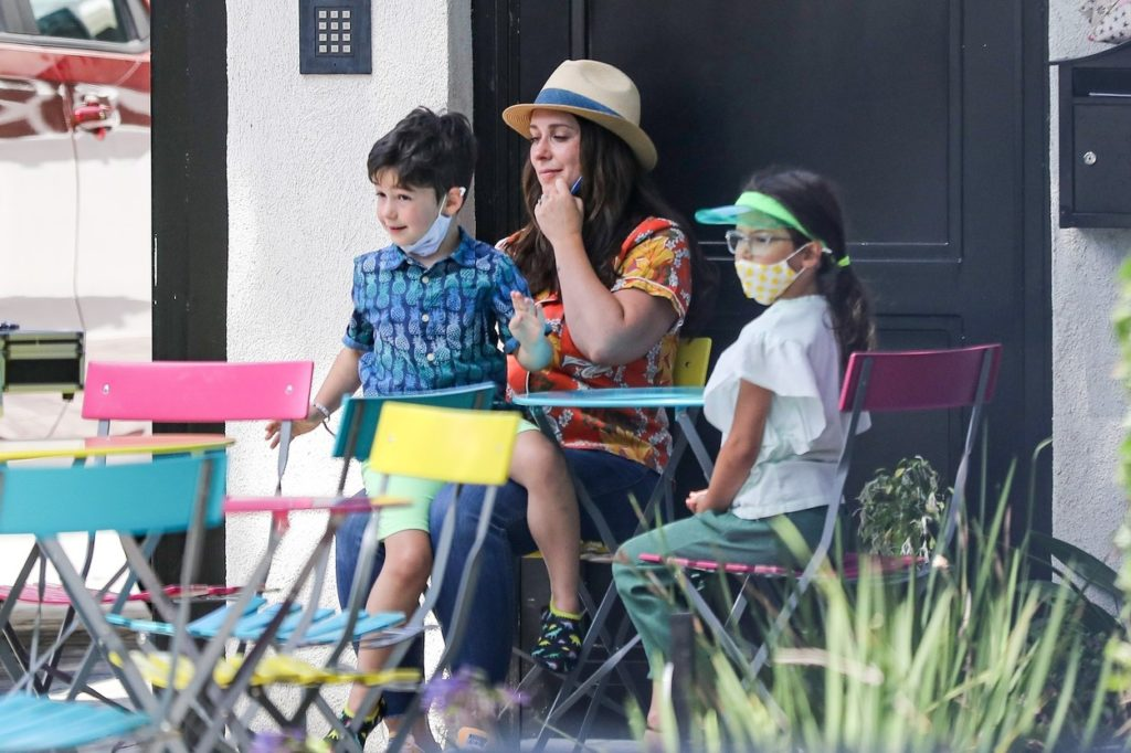 Jennifer Love Hewitt két gyermekével 2020 júliusában.
