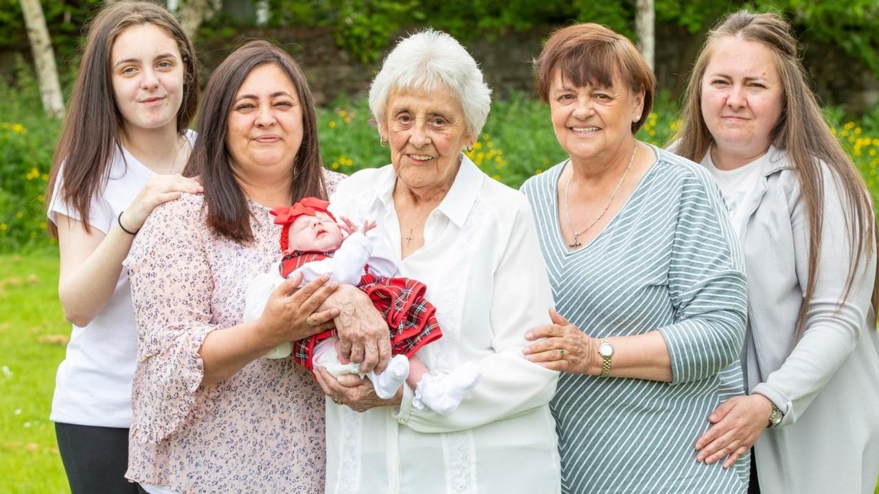 Mary Marshall az ük-ük unokájával és családtagjaival (fotó: Profimédia)