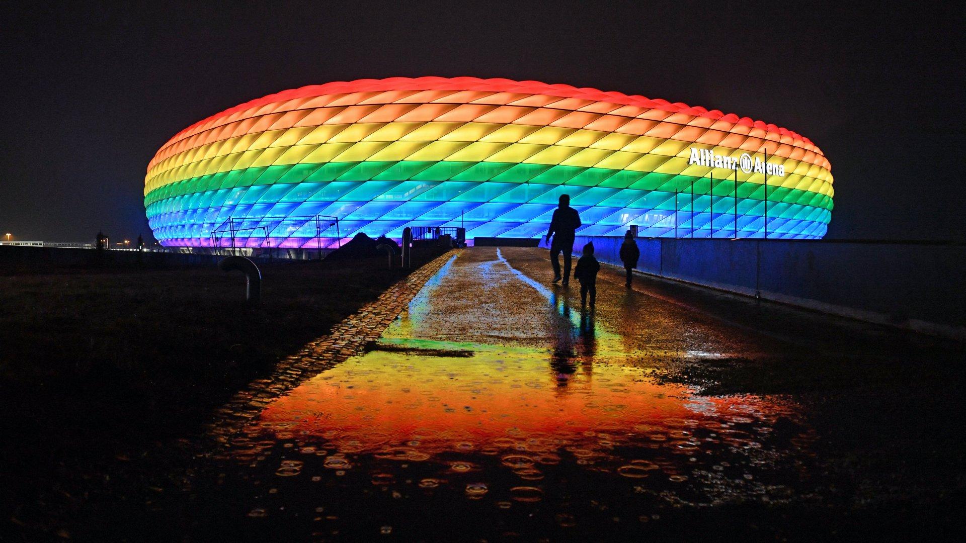 A müncheni Allianz Arena szivárványszínűre kivilágítva