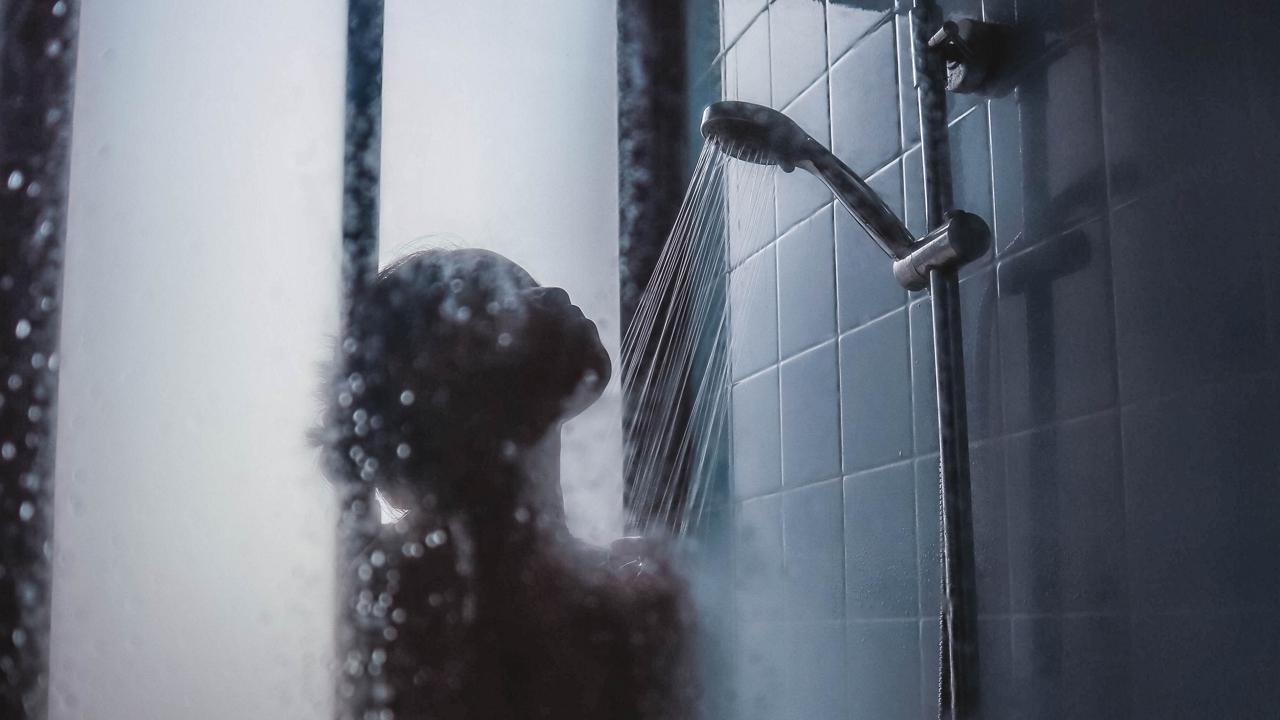 Hátborzongató: Zuhanyzóban lévő hajcsomókból fedezte fel a nő, hogy egy idegen él a házában