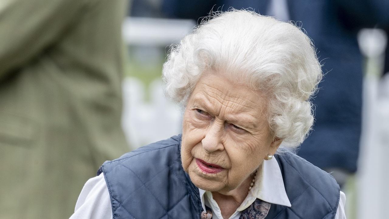 Ledöntötték II. Erzsébet szobrát