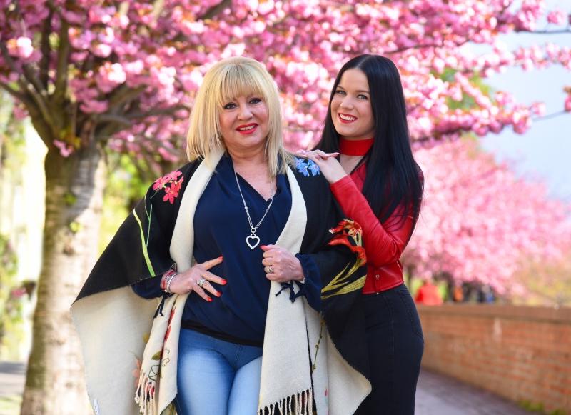 Zoltán Erika énekesnő és lánya, Zoé