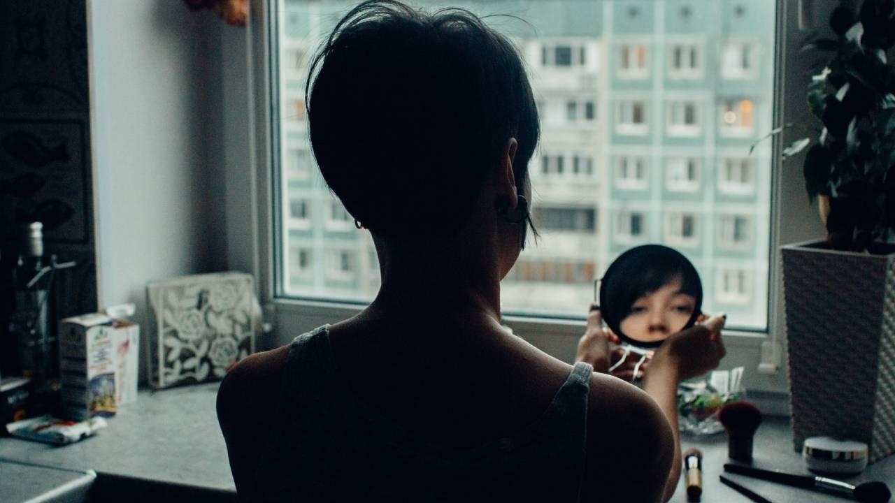 nő tükörbe néz