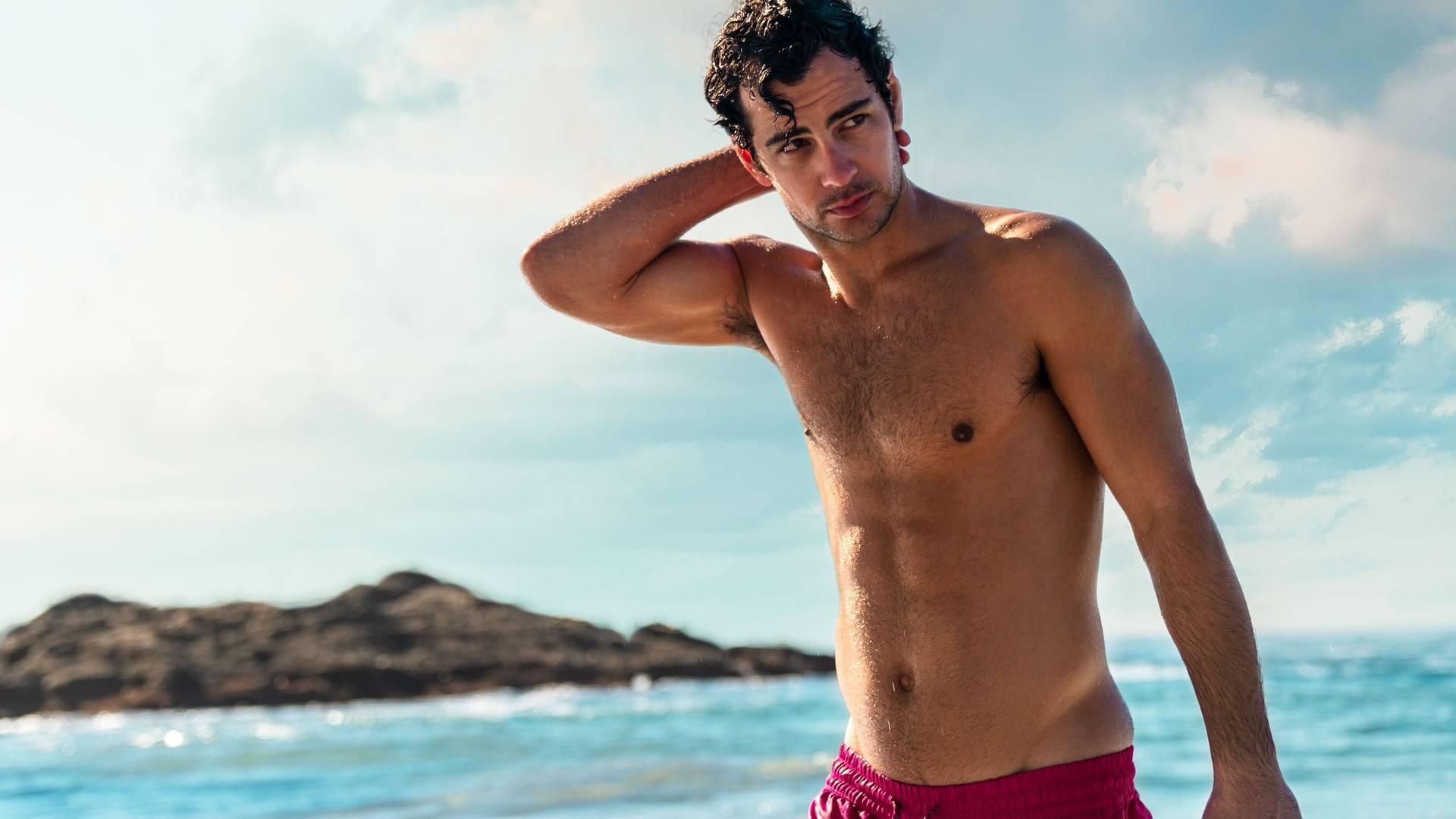 jóképű férfi a strandon