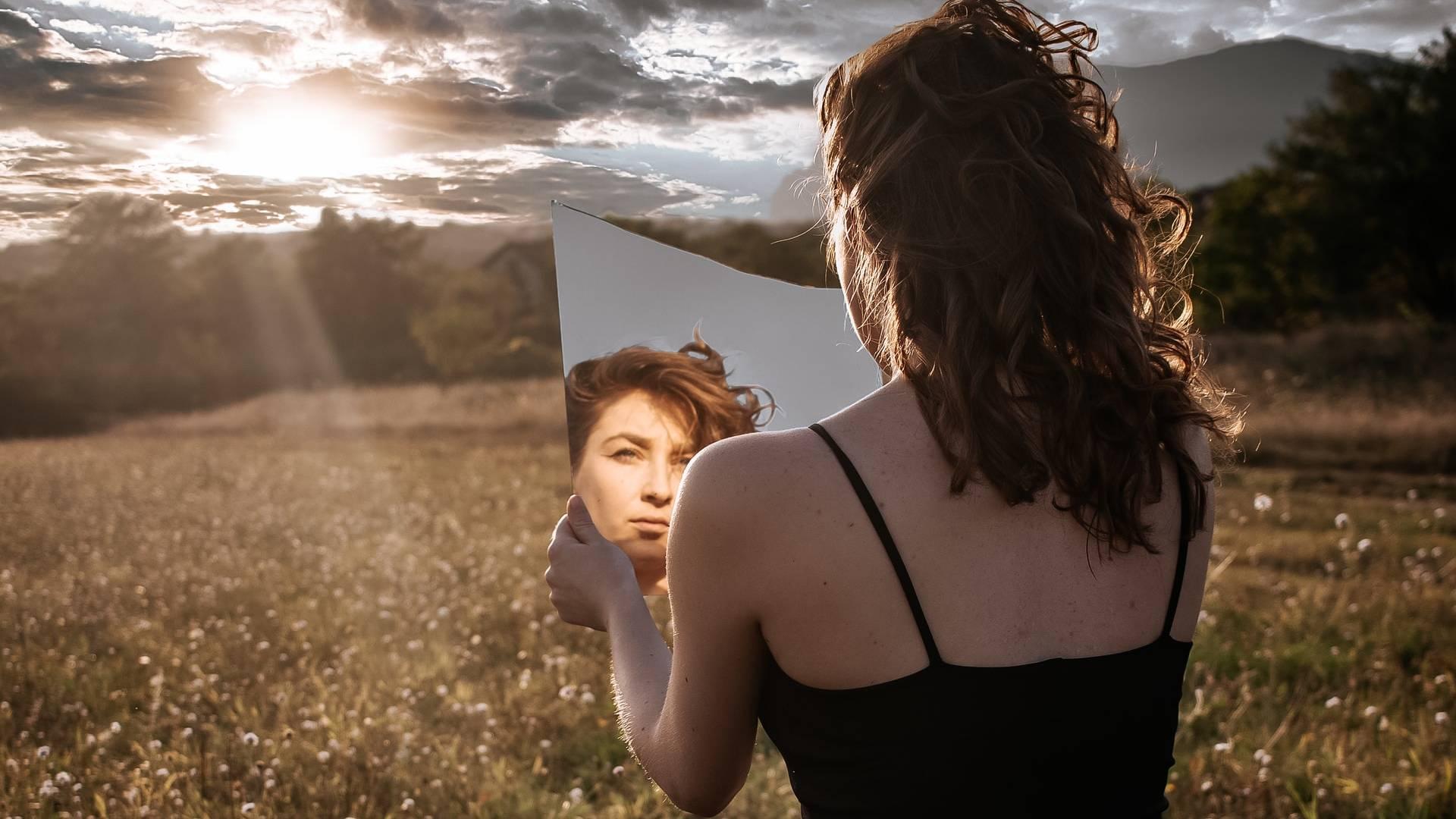 nő tük9rben nézi az arcát
