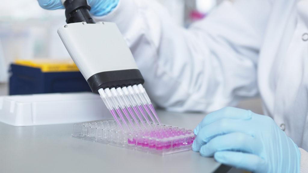 A kutatások szerint a beoltottak között is terjed a delta variáns