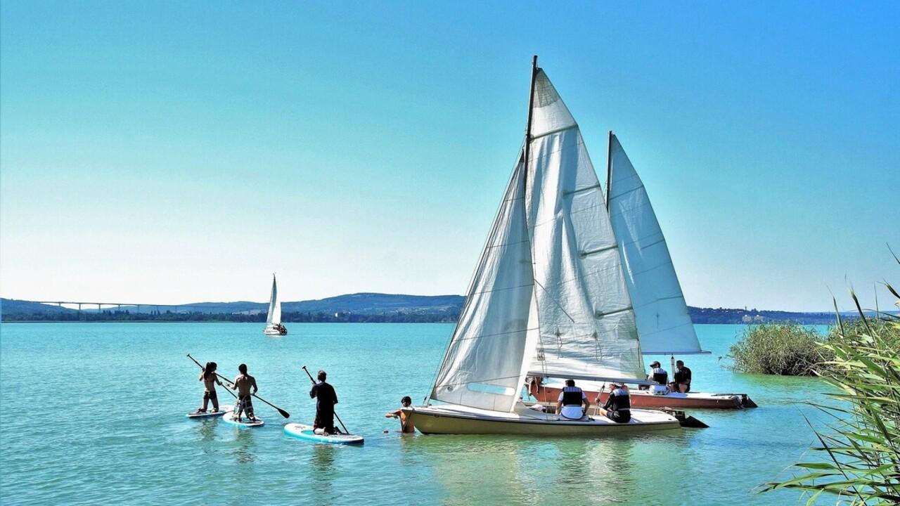 49 ingyenes strand közül lehet válogatni a Balatonnál