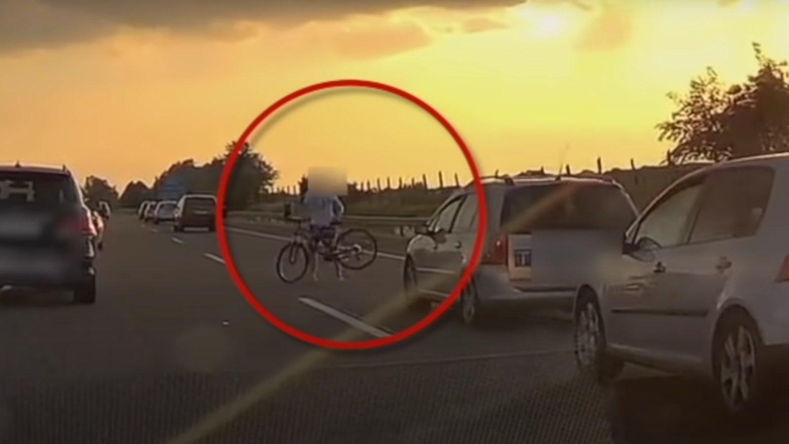 Lerepült a bicikli az autóról az M3-ason
