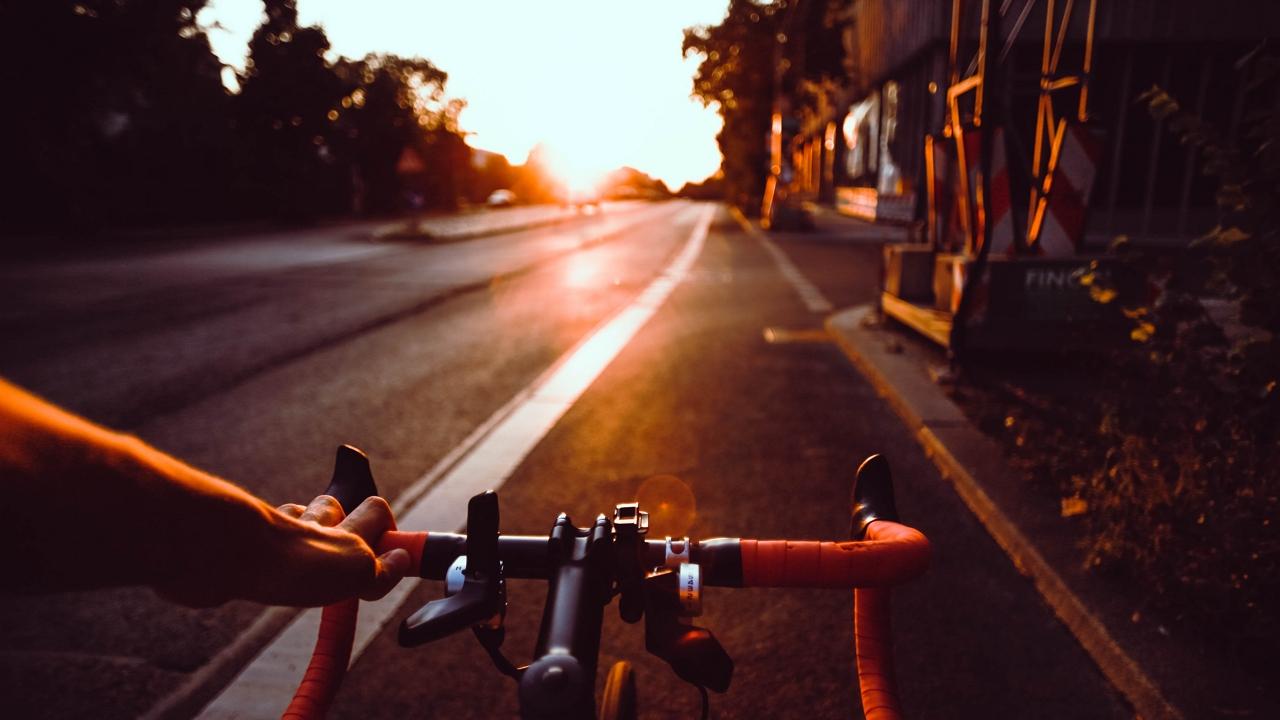 Leállósávban tekertek biciklisták az autópályán - videó!