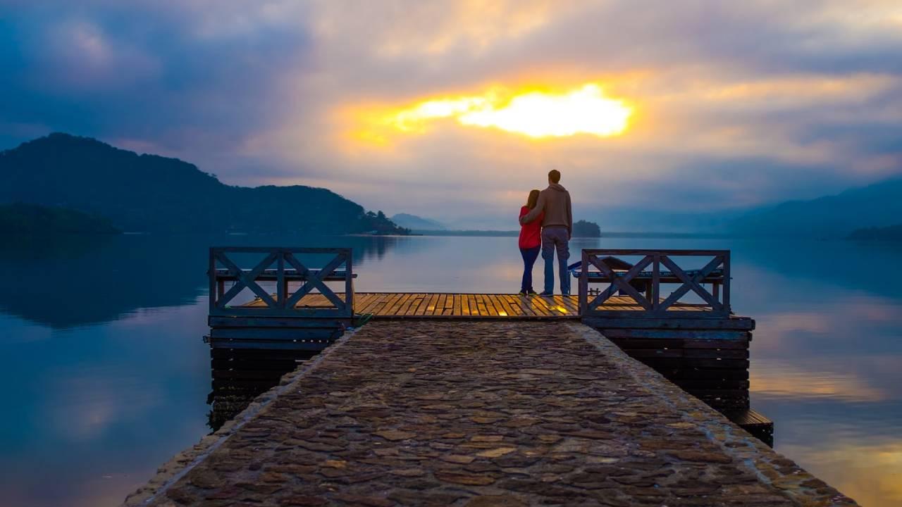 szerelmespár naplementében
