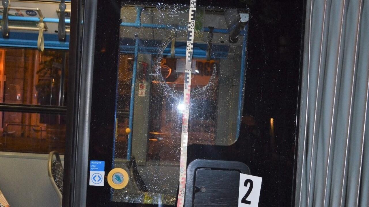Megsérült egy csecsemő a kockakővel megdobott 8E buszon