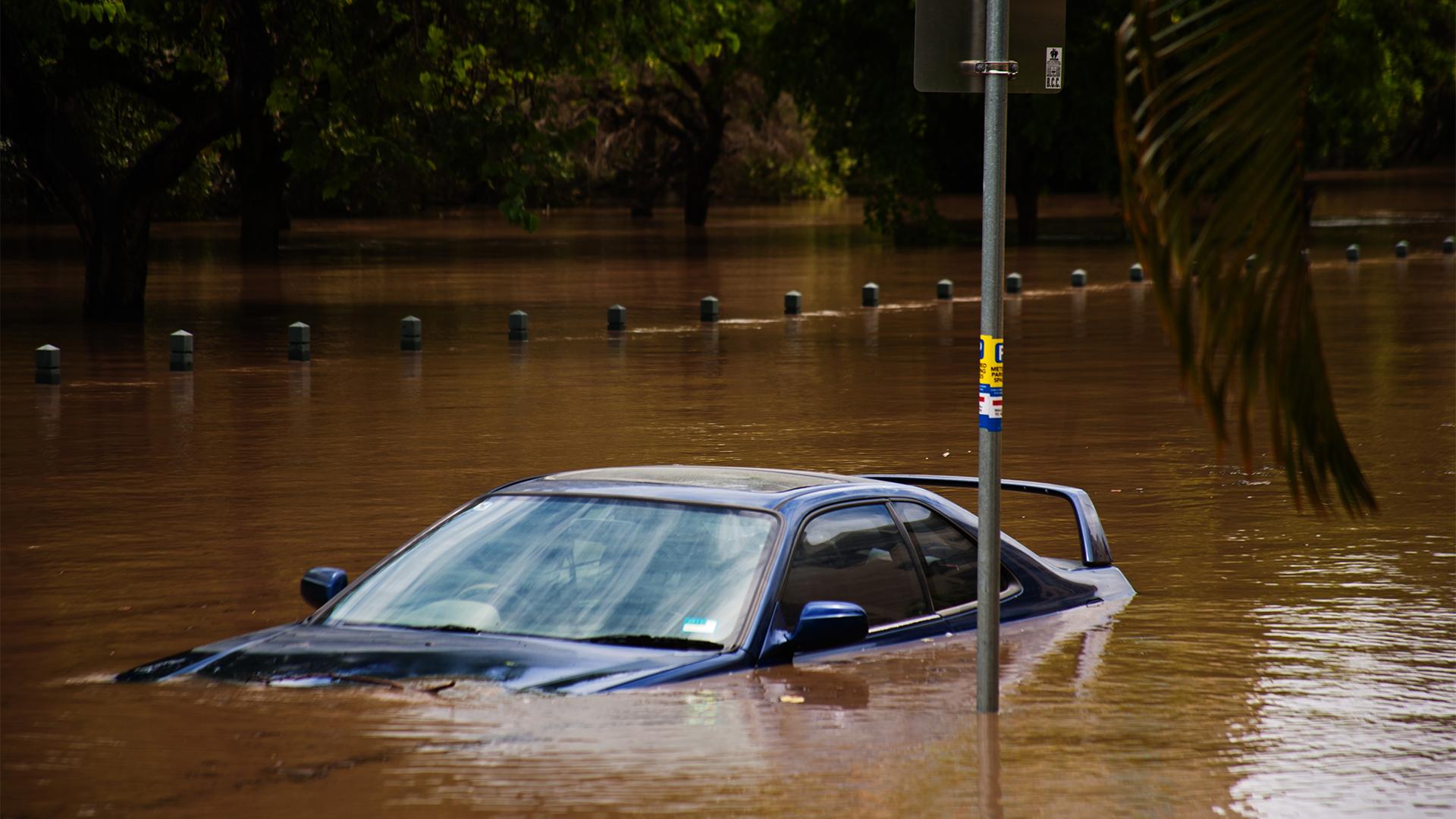 Durva árvíz sodorta el az autót a hatalmas vihar után