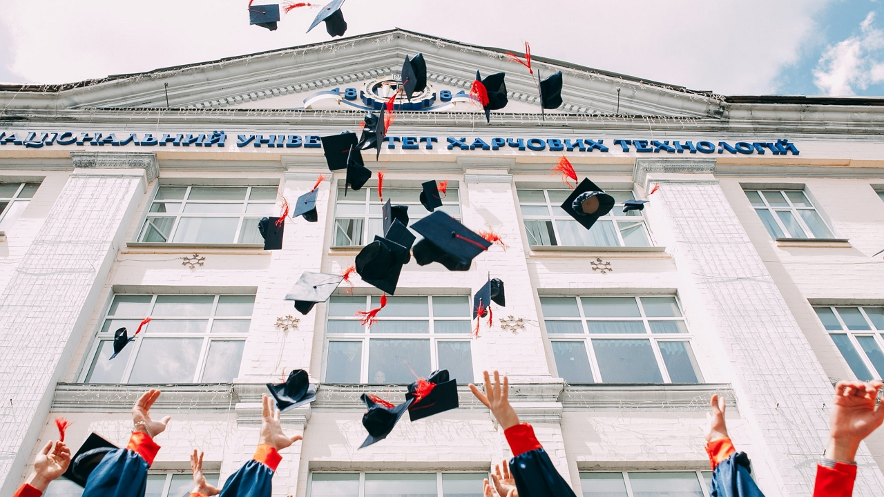 Ugyanarra az egyetemre jártak és egy napon doktoráltak az ikrek