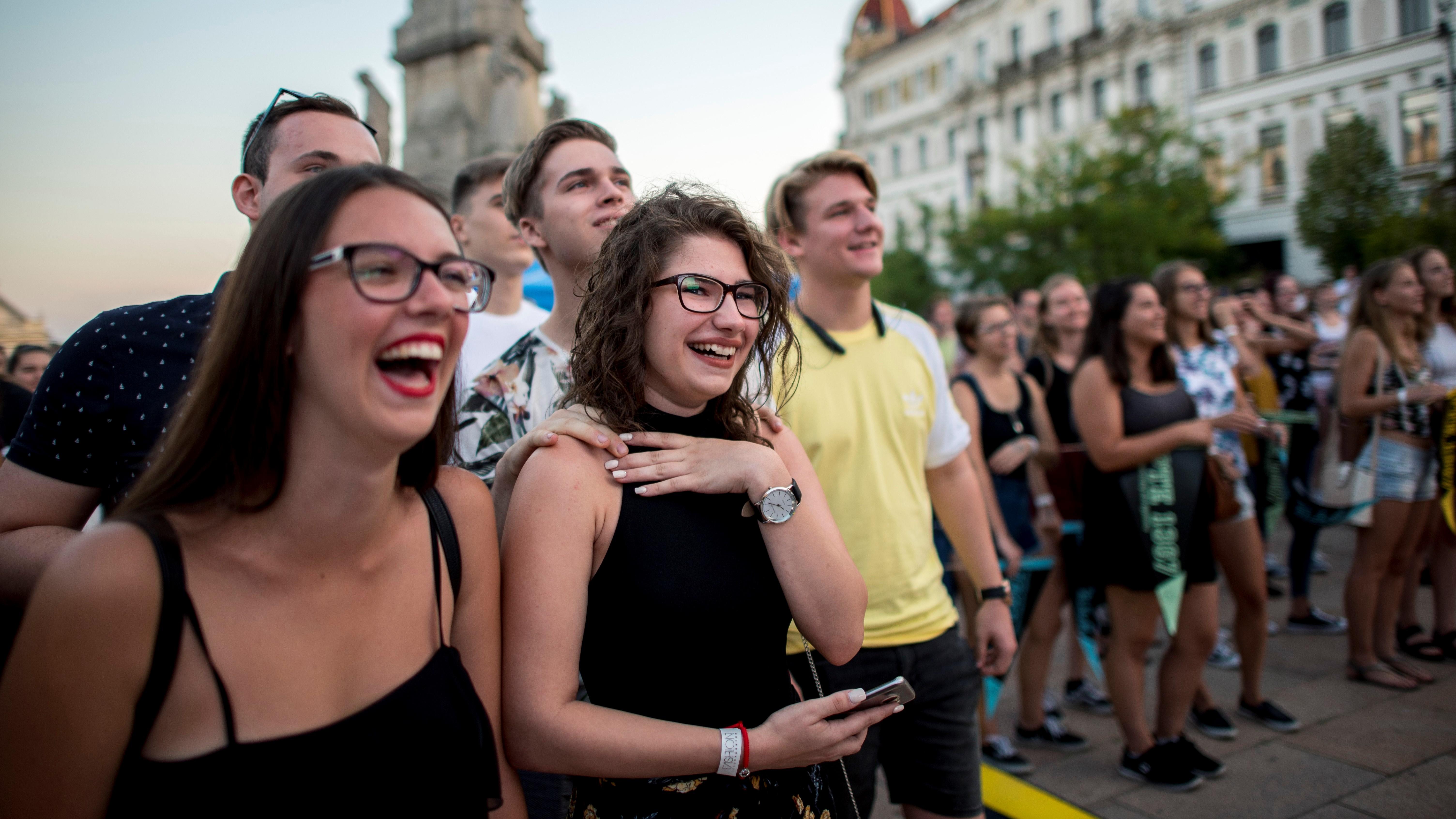 Fiatalok a felsõoktatási ponthatárok bejelentésén, a Pont Ott Parti rendezvényen Pécsen a Széchenyi téren 2018. július 25-én.MTI Fotó: Sóki Tamás
