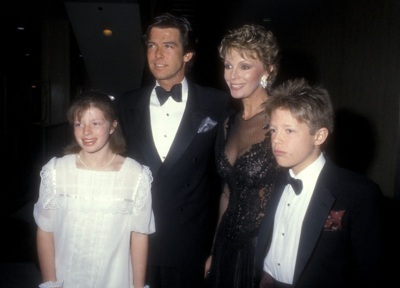 Pierce Brosnan, Cassandra Harris, Charlotte és Christopher 1985-ben (Fotó: Ron Galella, Ltd./Ron Galella Collection via Getty Images)