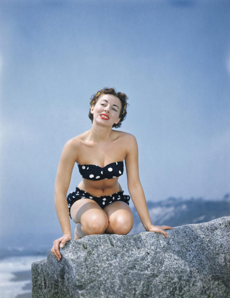 Pat Hall modell és színésznő egy pöttyös bikiniben. (Fotó: Bettmann/Getty Images)