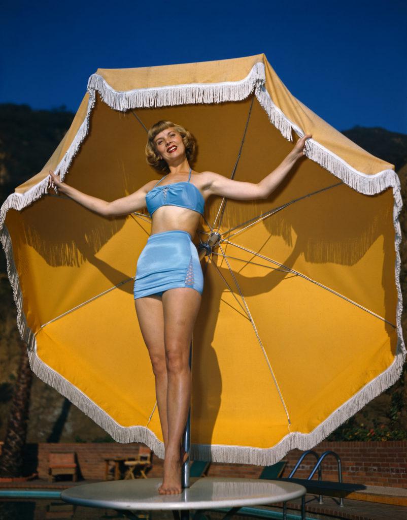 Dorothy Abbott színésznő egy kétrészes fürdőruhában állt modell 1950-ben. (Fotó: Bettmann/Getty Images)