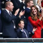 György herceg a szüleivel, Vilmos herceggel és Katalin hercegnével az EB meccsen Londonban