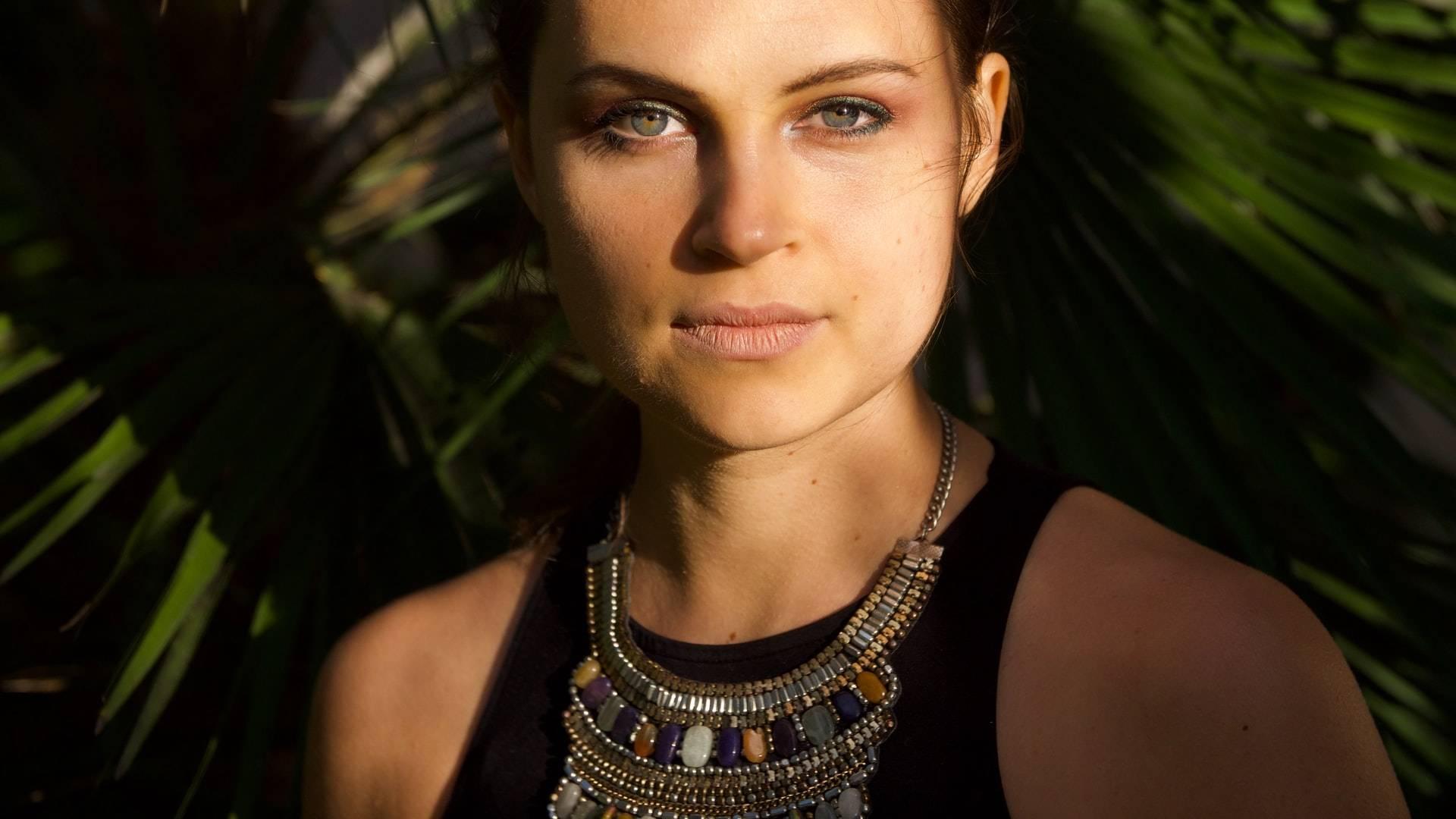 csábító nő kristály nyakékkel