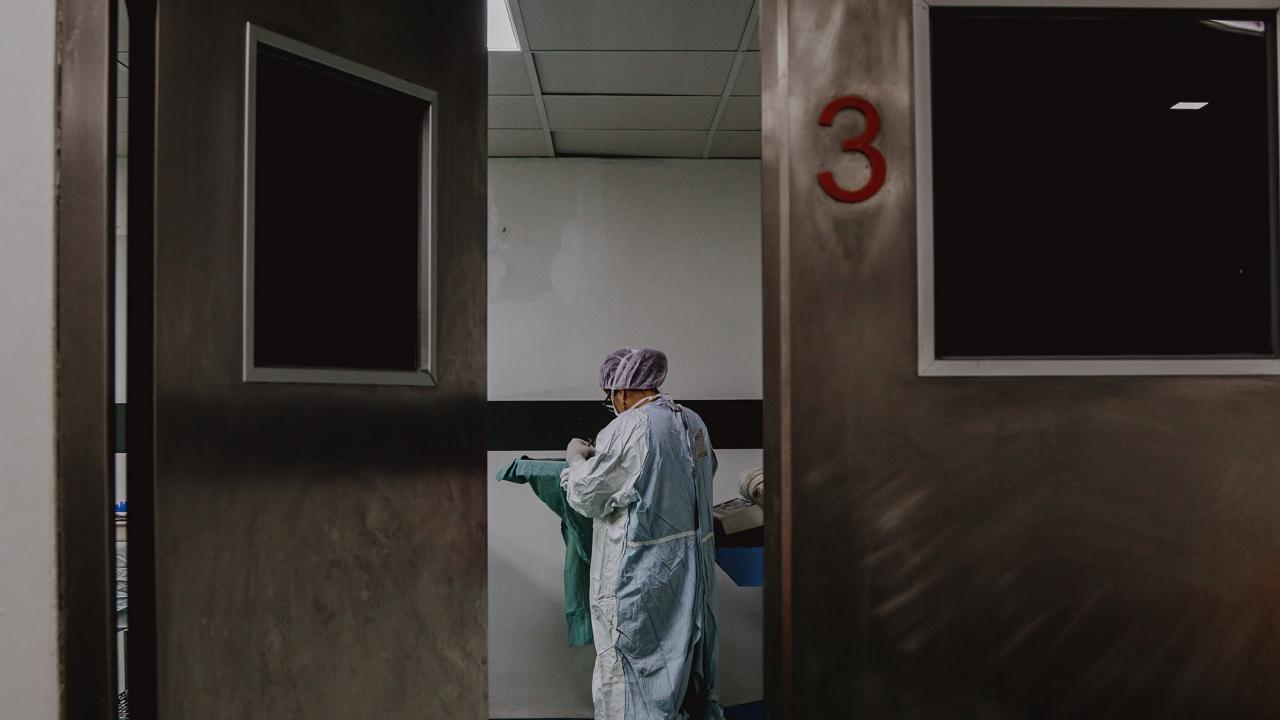 Vizsgálják, hogy a koronavírus okozta-e Honvédkórházban gyilkoló kínai késelő agresszióját