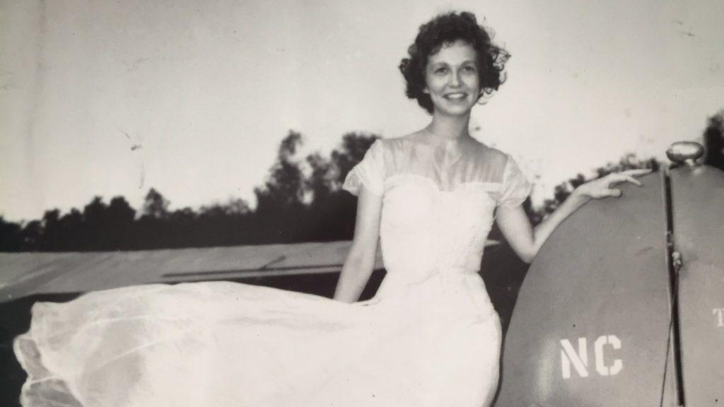 Német katona ejtőernyőjéből varrt magának menyasszonyi ruhát a holokauszttúlélő