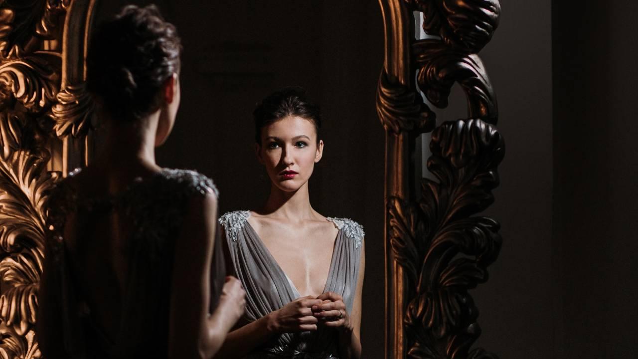 tükörbe néző nő