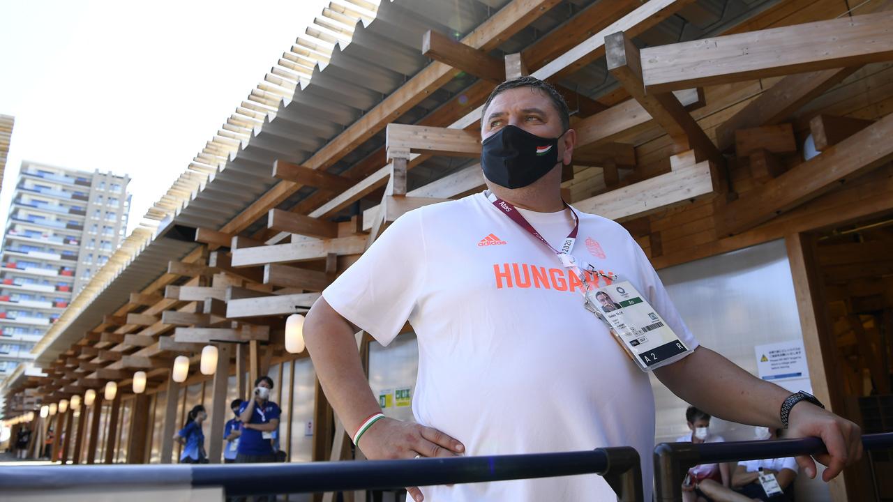 Elek Gábor, a nõi kézilabda-válogatott szövetségi kapitánya nyilatkozik az MTI sportújságírójának a tokiói olimpiai faluban 2021. július 18-án. / MTI/Kovács Tamás