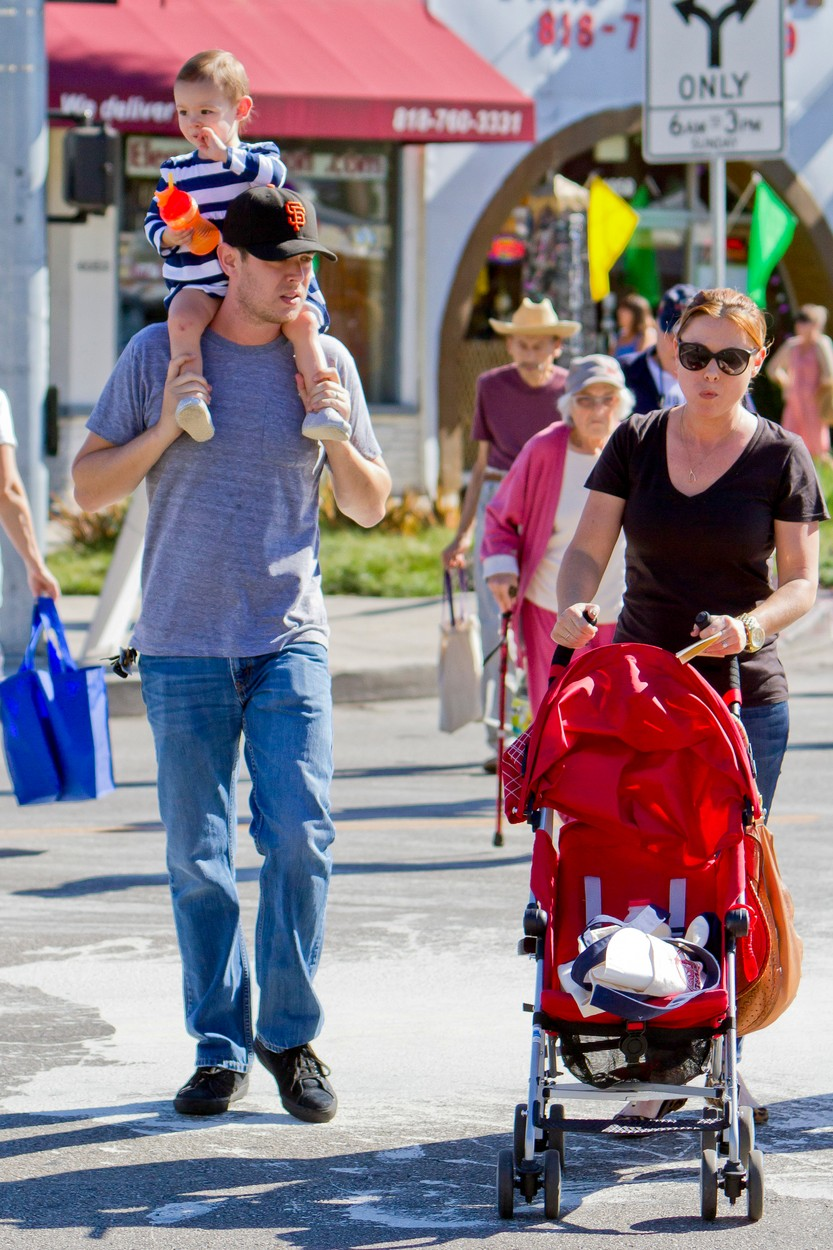 Colin Hanks, a felesége Samantha Bryant és két kislányuk