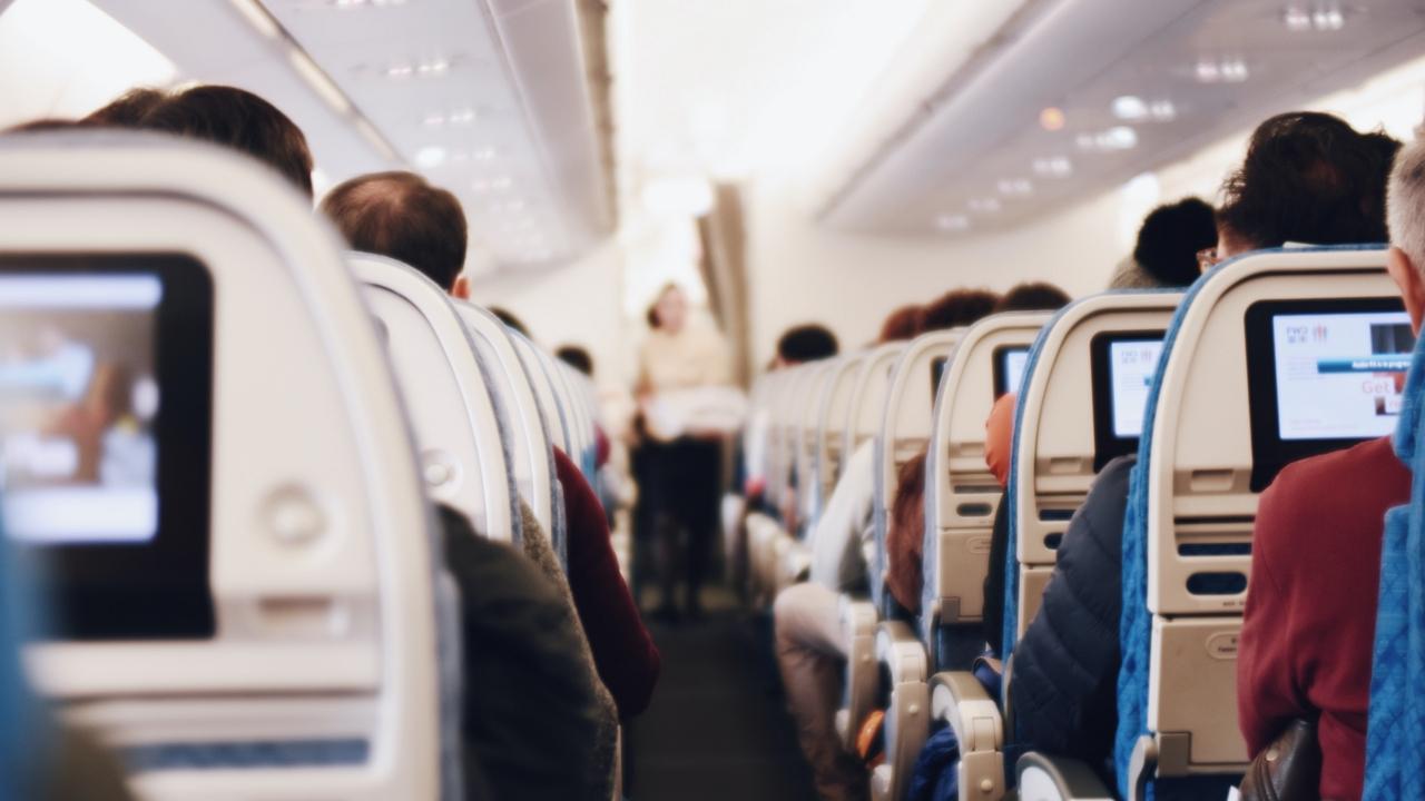 Ragasztószalaggal kötöztek meg egy nőt a repülőn, mert ki akarta nyitni az ajtót