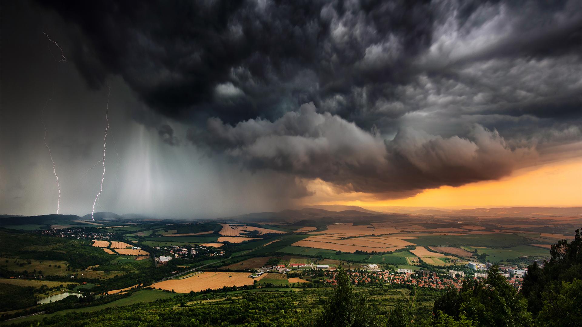 Intenzív viharokat, fehőszakadást hoz a hétvége időjárása