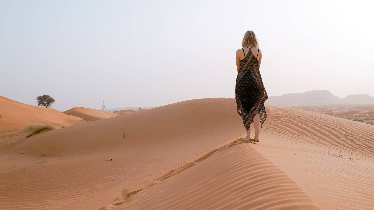 magányos nő a sivatagban