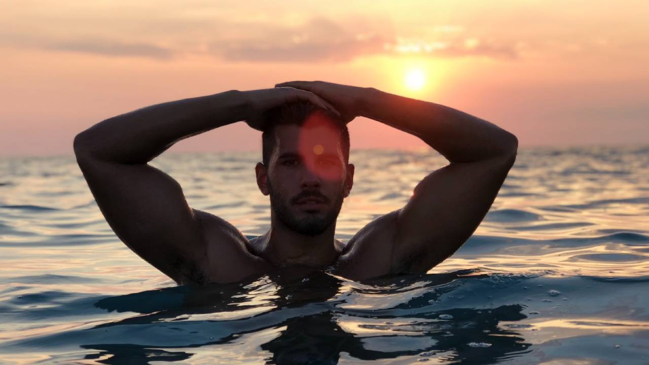 férfi tengerben