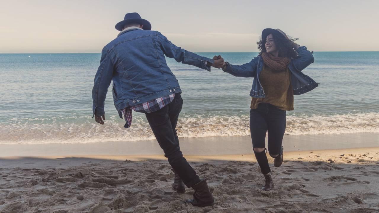 boldog pár őszi tengerparton