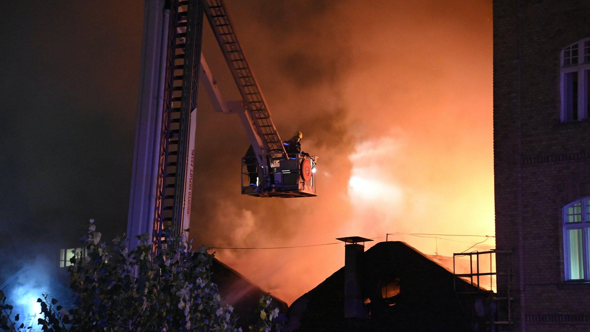 Hatalmas tűz ütött ki a Főtaxi Kerepesi úti központjánál, száz tűzoltó vonult a helyszínre