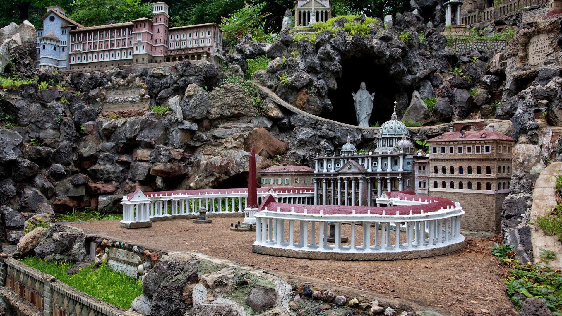 30 év alatt épített fel egy miniatűr várost a bencés szerzetes
