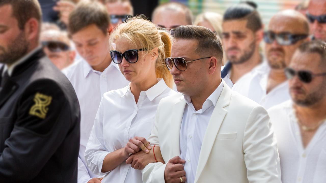 L.L. Juior és Hopp Csilla a kisfiúk temetésén is egymás támaszai voltak