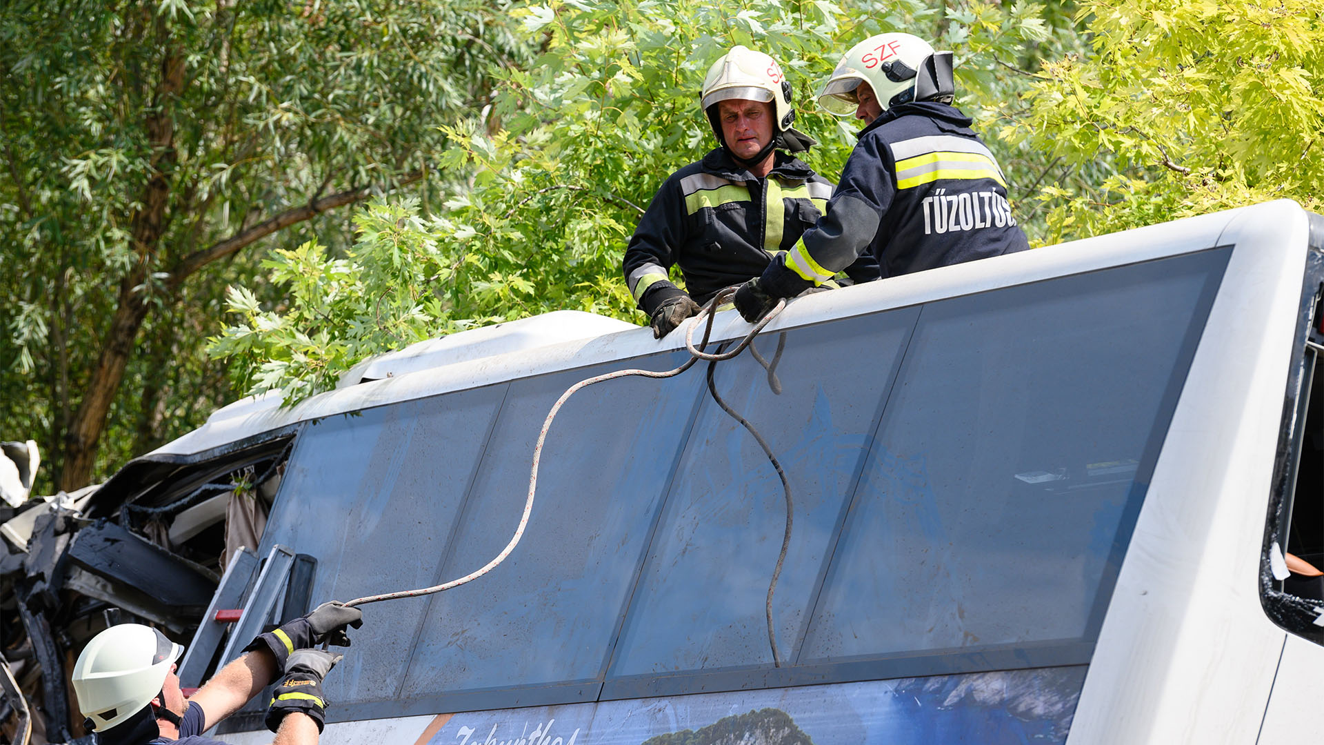 Hazaengedték az M7-es buszbaleset hét sérültjét
