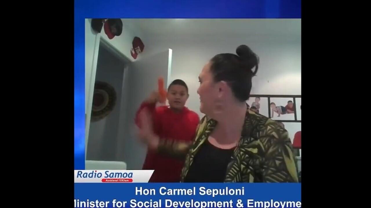 Pénisz alakú répát lengetett élő adásban az új-zélandi miniszter gyereke