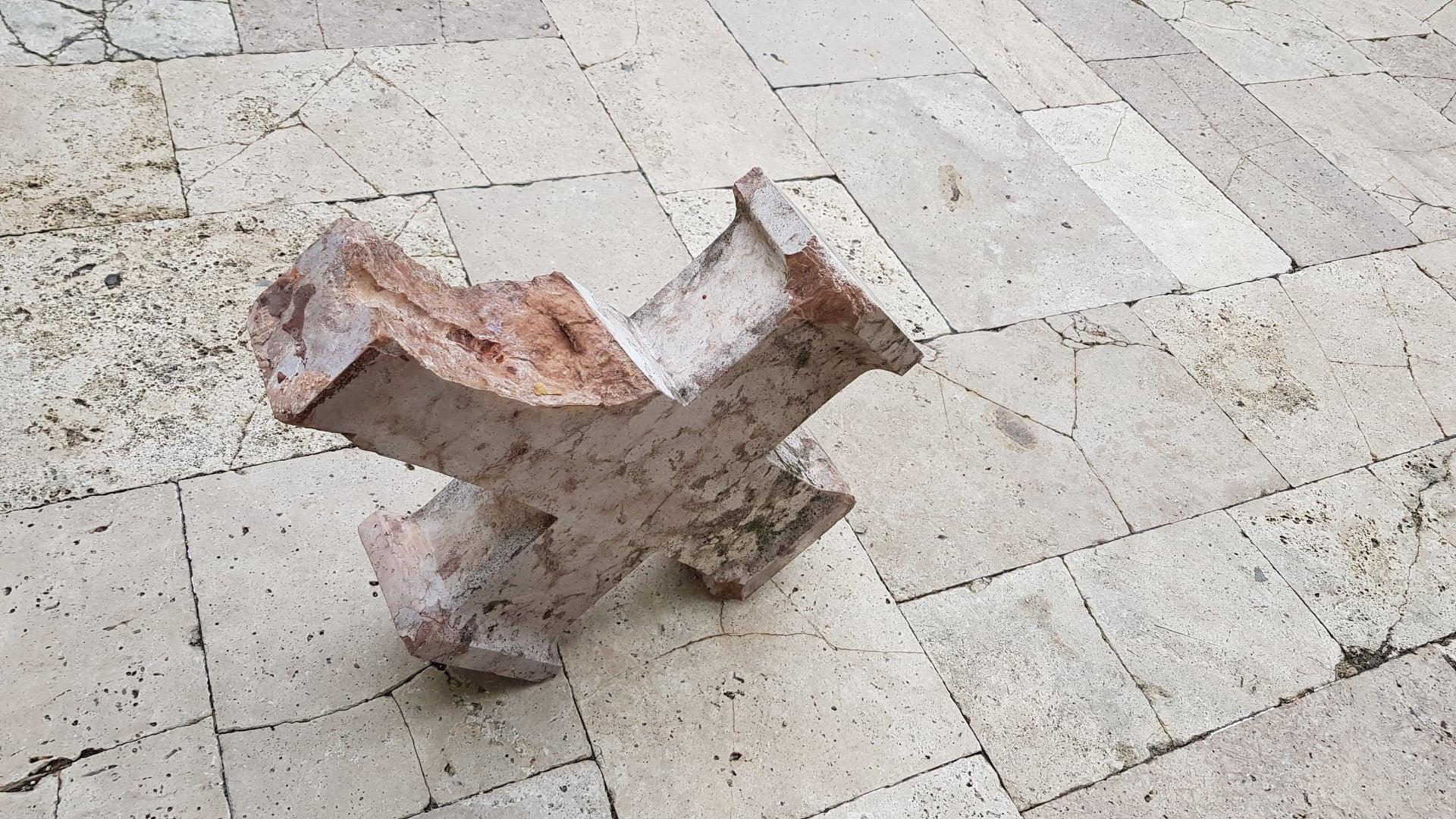 Letörték a székesfehérvári Országalma emlékmű keresztjét