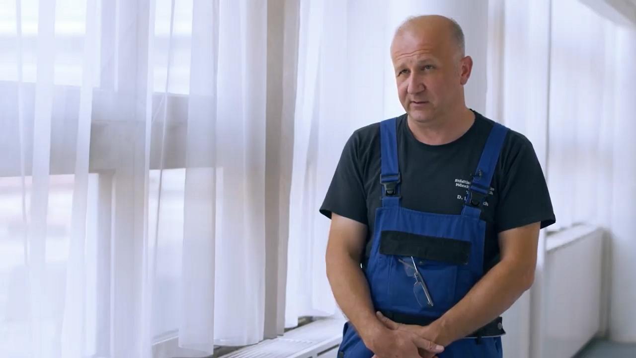 Ötven LCD-tévét szerelt fel a Bajcsy-Zsilinszky Kórházban a jótékonykodó tévészerelő