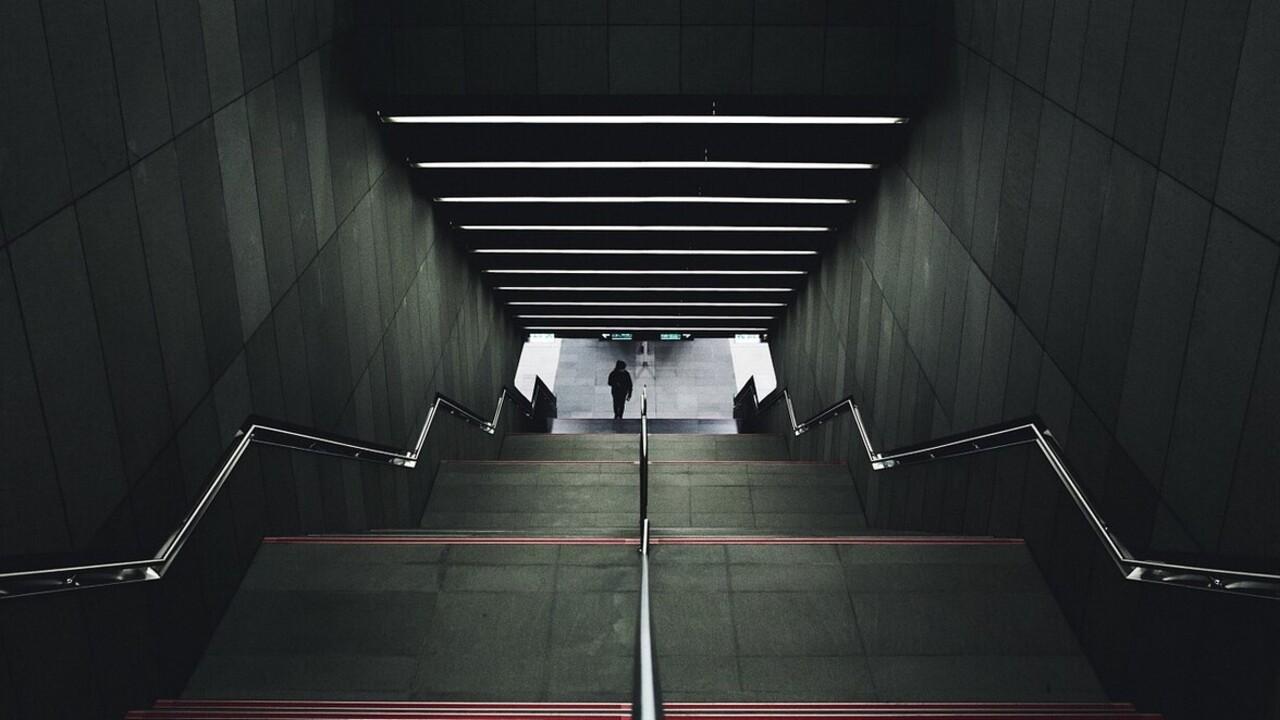 Táskájánál fogva nyolc lépcsősoron át húzta a nőt a monori vasútállomáson egy tolvaj
