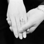 Sarah Ferguson jegygyűrűjének hasonló formája volt, mint Diana eljegyzési gyűrűjének