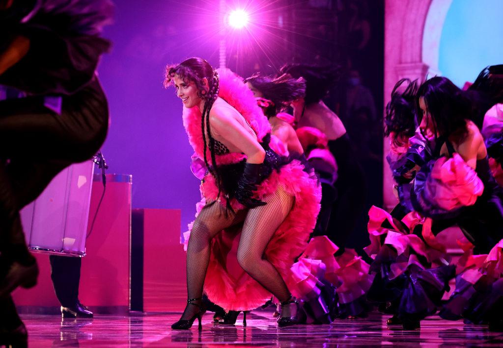 Camila Cabello fellépett az MTV díjátadón és a dal végén párjának, Shawn Mendesnek üzent